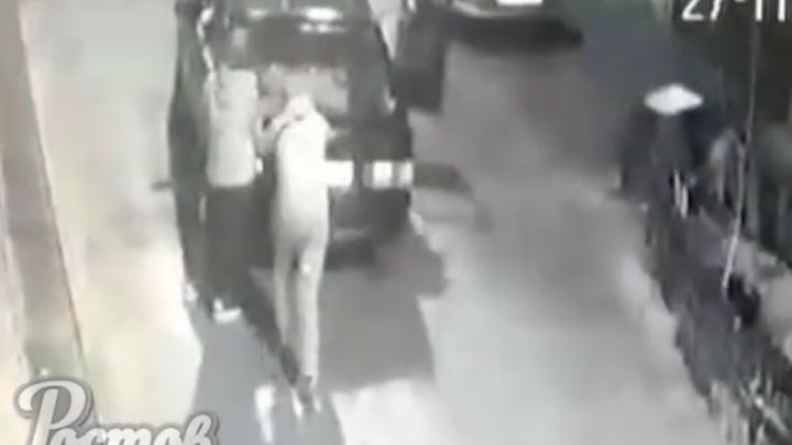 В Ростове подростки угнали и сожгли автомобиль. Их сняла камера видеонаблюдения