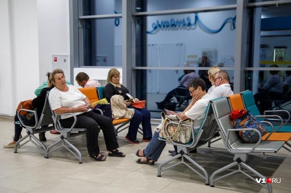 Пассажиры ждут вылета на курорт с полудня