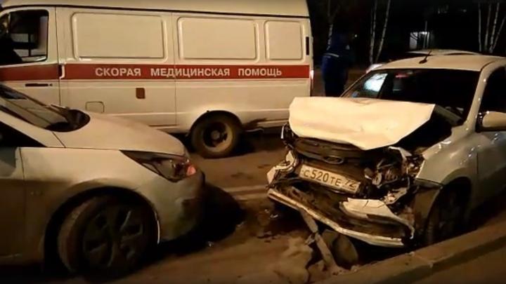 В Тобольске автобус столкнулся с тремя легковушками, есть пострадавшие