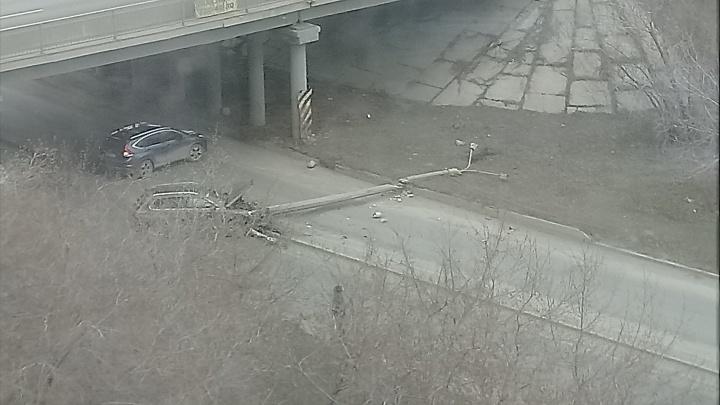 Перекрыл всю дорогу: челябинская автомобилистка снесла фонарный столб в центре города