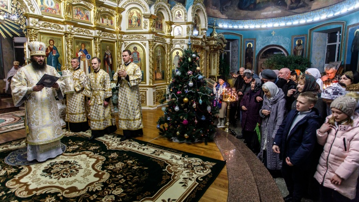 Стояли даже в коридорах: смотрим фоторепортаж с рождественской ночи в Волгограде