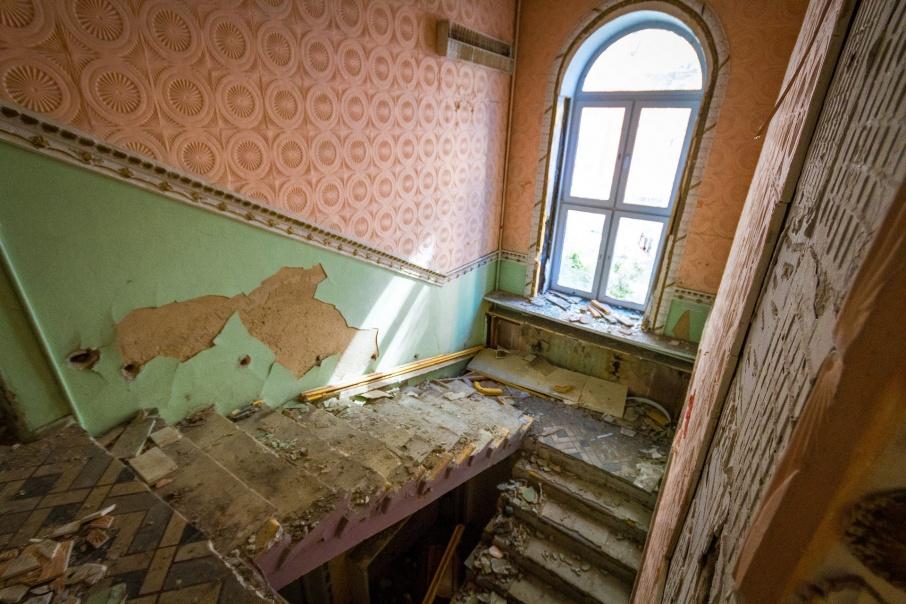Жители давно жаловались на заброшенный детсад под окнами своих высоток