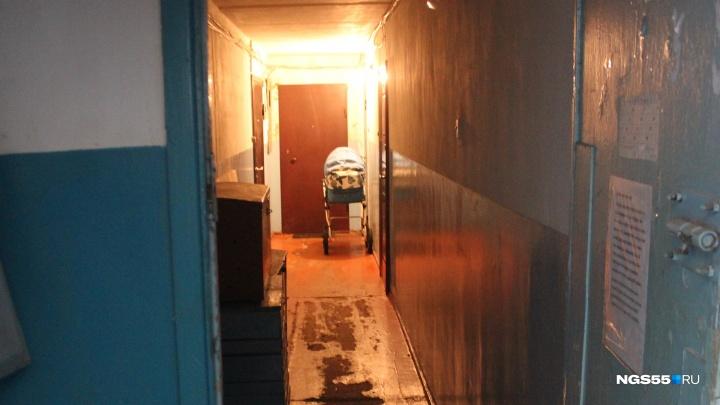 30 ножевых ранений и сломанный молоток: репортаж из дома, в котором школьница убила свою мать