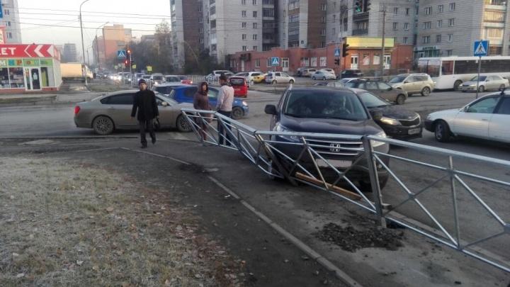 «Хонда» пробила забор после аварии на перекрёстке в Ленинском районе