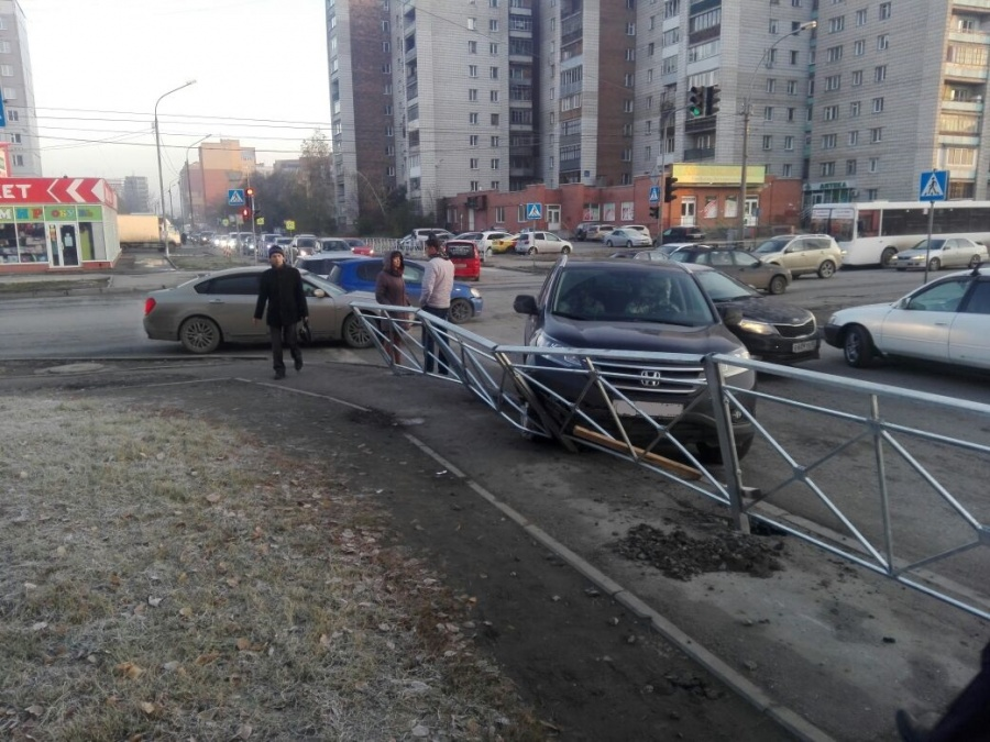 «Хонда» пробила забор после трагедии наперекрёстке вЛенинском районе