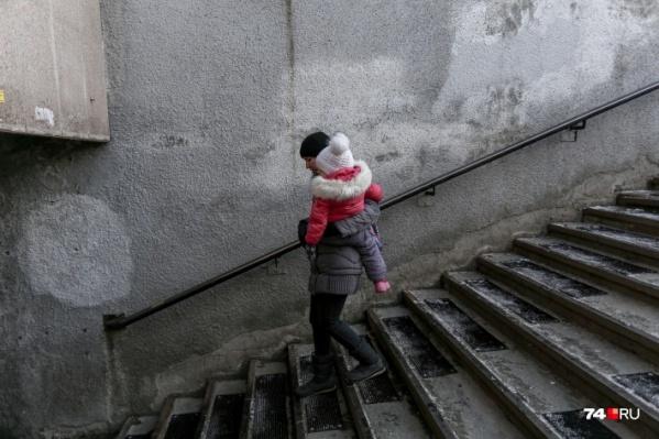 Сейчас покрытие застелено лишь возле поручней, и то не на всех лестницах