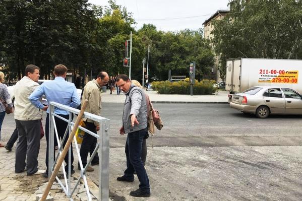 Новый светофор возле здания Восход, 20 установили так, что пешеходный переход упирается в проезжую часть улицы 9 Ноября
