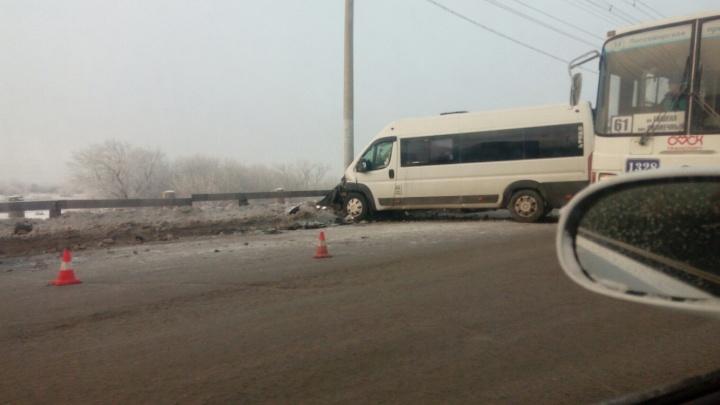 На путепроводе в Ленинском округе иномарка влетела в маршрутку с пассажирами на встречке
