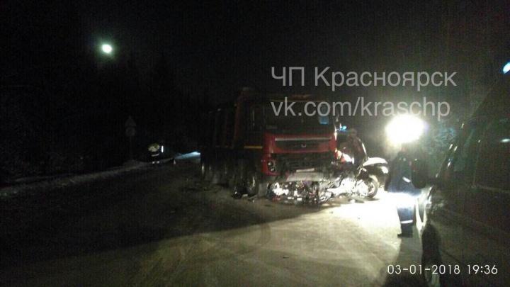 Семья разбилась на трассе под грузовиком: красноярцы увидели на снимках с ДТП призраков погибших