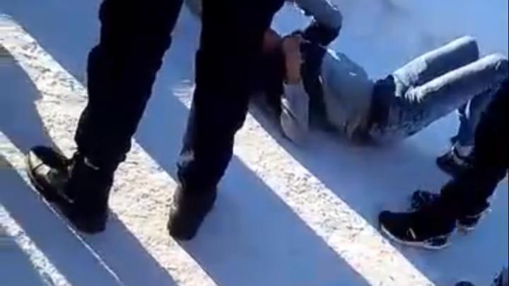 «Можно я один раз его?»: на Урале подростки избили пятиклассника и сняли это на видео