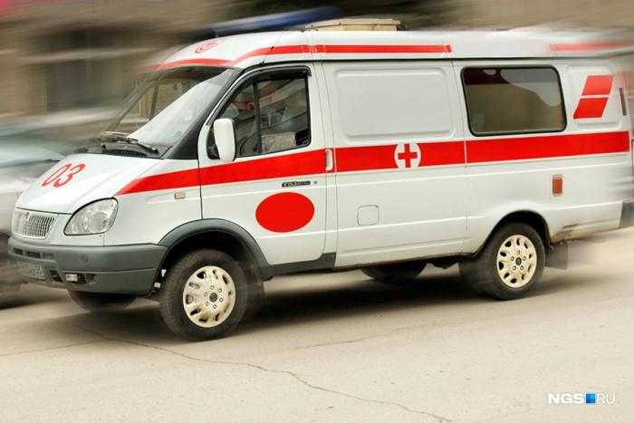 В Кемерово рухнувшее от порыва ветра дерево травмировало водителя «Лады»