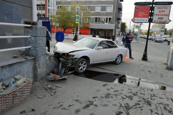 Водитель Toyota Mark врезался к крыльцо здания