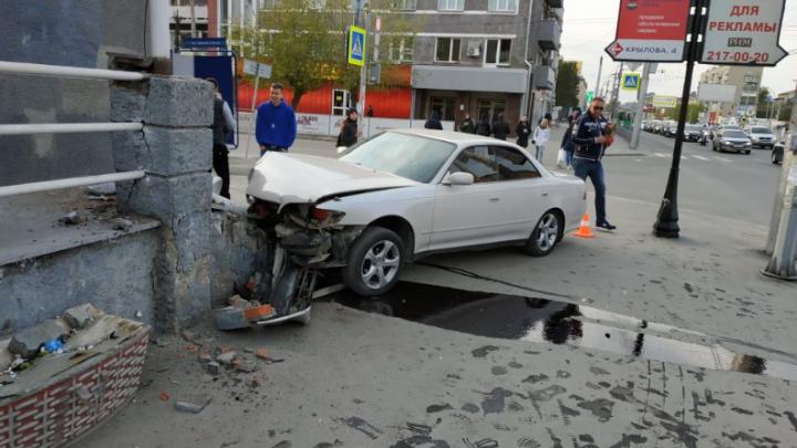 Подробности ДТП на Красном: Toyota врезалась в здание — камень отлетел в голову случайной прохожей