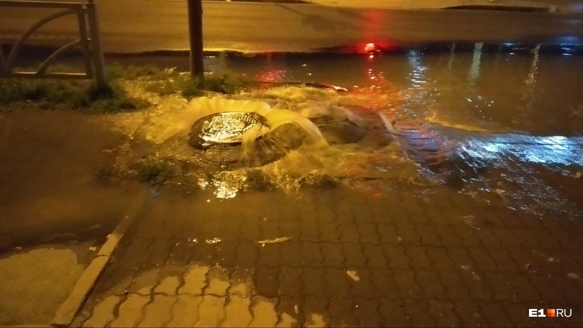Вода заливает улицу