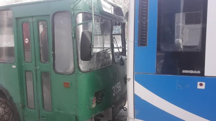 Троллейбус и автобус с пассажирами столкнулись и остались без стёкол на Красном проспекте