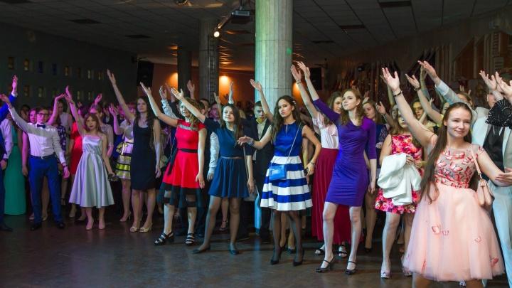 Главный экспонат: угадываем стоимость платьев для челябинских выпускниц (и удивляемся)