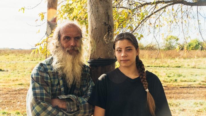 «Четыре коровы она доила одна»: отец-одиночка с дочерью перебрались в глухую деревню