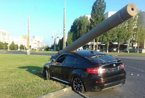 Машину раздавило столбом: в Тольятти водитель BMW X6 врезался в бетонную опору