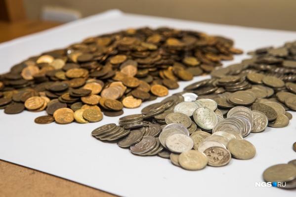 Монеты нужно расфасовать по номиналу, прежде чем нести их в банк
