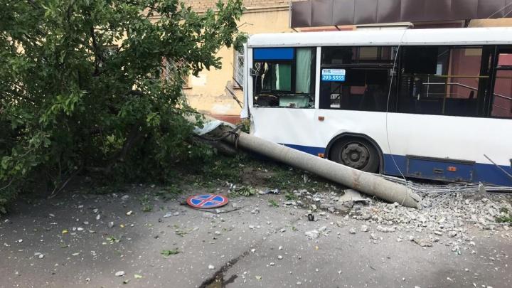 В Уфе автобус «Башавтотранса» врезался в столб, очевидцы сняли итоги аварии на видео