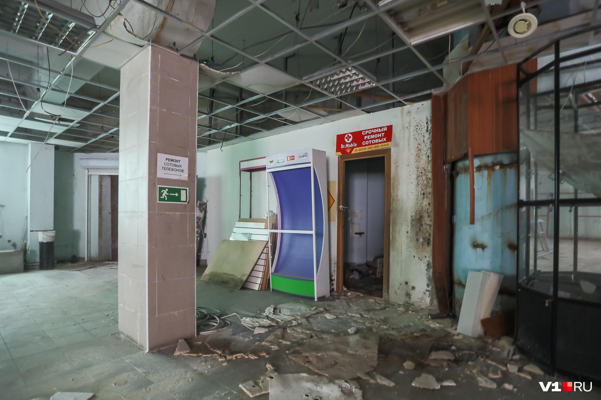 Редкие указатели и таблички немного скрашивают серые пустые помещения