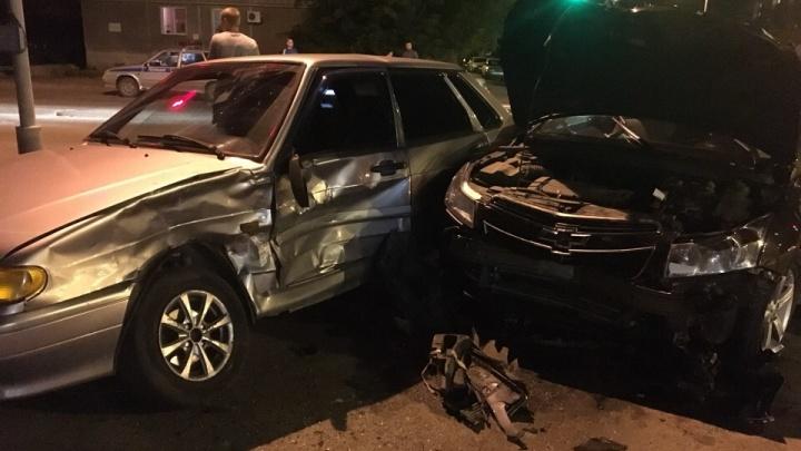 В Кургане ночью у торгового центра «Пушкинский» столкнулись три автомобиля