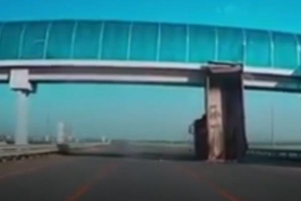 Мост не получил повреждений, а вот автомобиль больше никуда не поедет