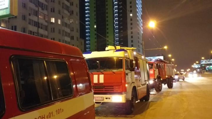 Загорелась квартира в многоэтажке: из дома на Нарымской эвакуировали полсотни жильцов