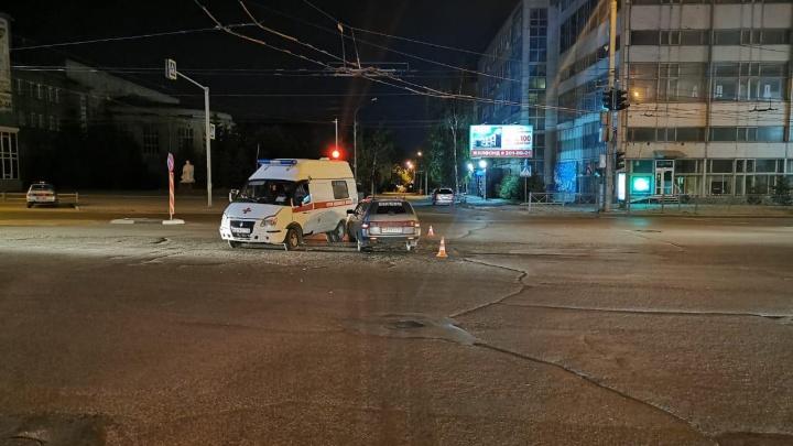 Врач скорой помощи получила травмы в ДТП с «десяткой» на улице Кирова
