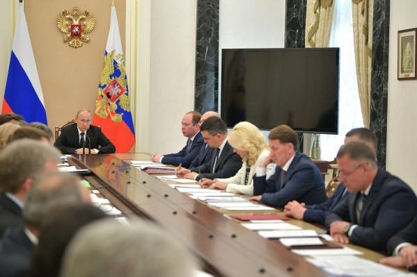 Президент на совещании упомянул регионы, которые «хулиганят с тарифами». Судя по контексту, речь в том числе об Омской области