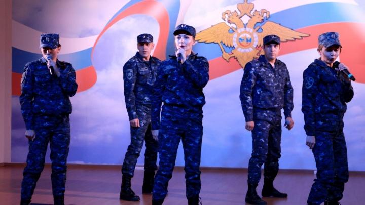 Поют и пишут песни: волгоградских полицейских наградили за таланты не из УПК