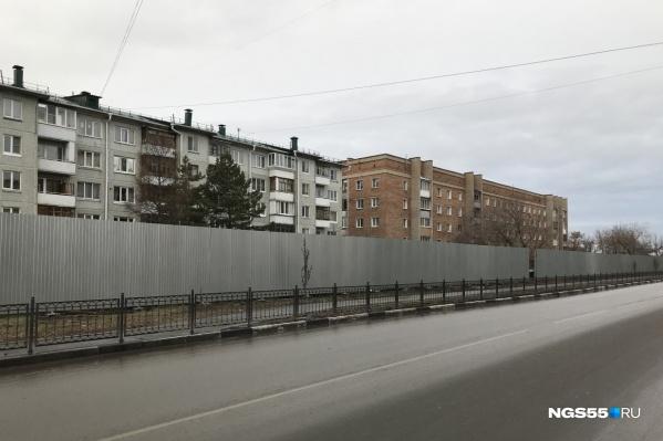 Забор наТранссибирской улице возвели довольно оперативно — всего за день