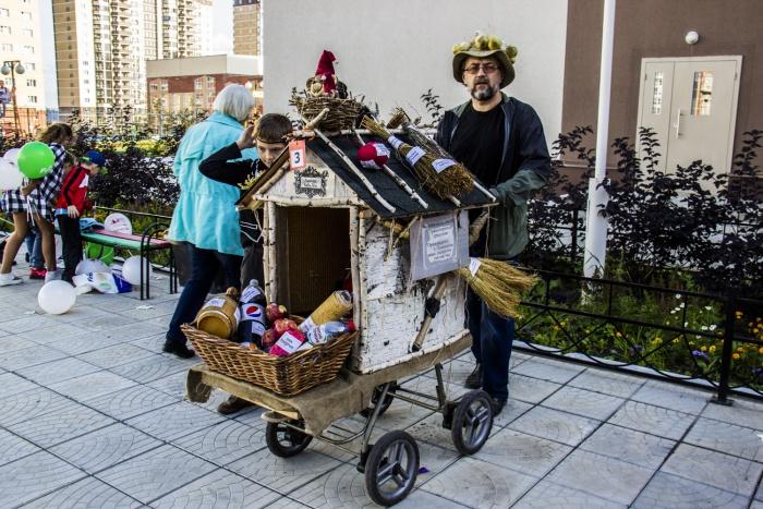 Один из участников парада — продуктовая лавка на колёсах