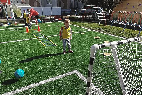 В двух детских садах появились профессиональные футбольные поля маленького размера
