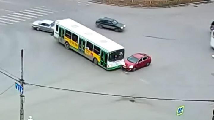 Дорожное видео недели: залёт под автобус, охота за наглыми гонщиками и чудак на встречке