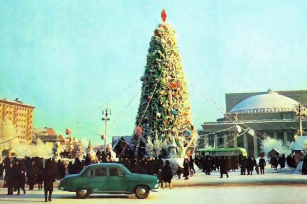 50 лет назад главная городская ёлка стояла в сквере перед оперным театром. Фото 1965 года