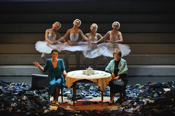 Валерия Прокоп (справа) исполняет одну из ролей в спектакле«Время секонд-хэнд»