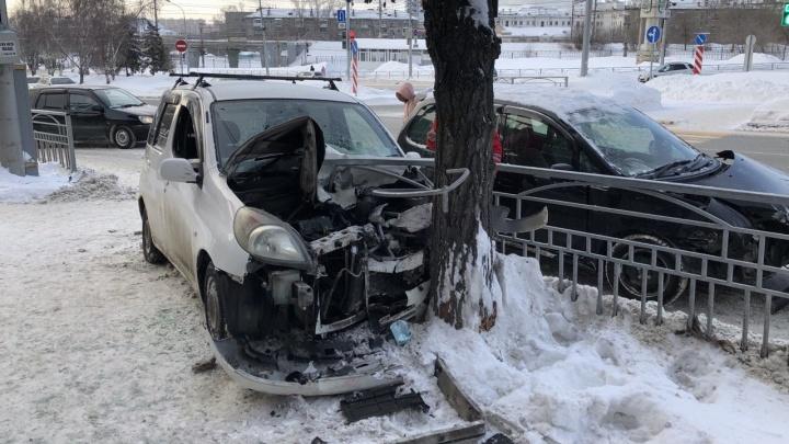«Тойота» напоролась на забор и влетела в дерево на Красном проспекте