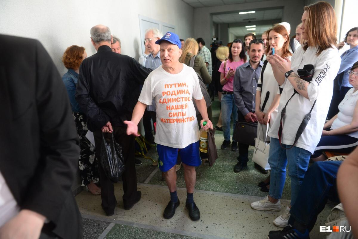 Этот дедушка неустанно напоминал полицейским, что они «позорят Путина»