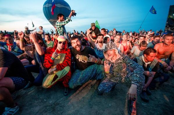 В любую погоду на фестивале собирается множество любителей музыки