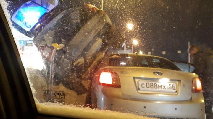 Возле «Леруа Мерлен» машина вылетела с дороги и застряла между другим автомобилем и сугробом