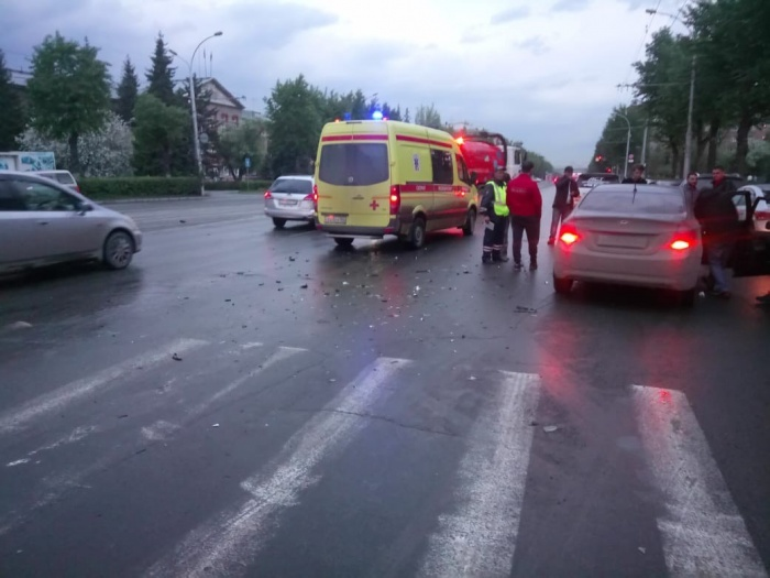 В результате аварии пострадали девушка и ребёнок 4 лет, которые были госпитализированы.