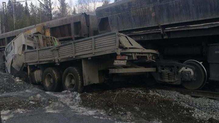 На Качканарском ГОКе поезд сбил мужчину, чей КамАЗ застрял на железнодорожных путях