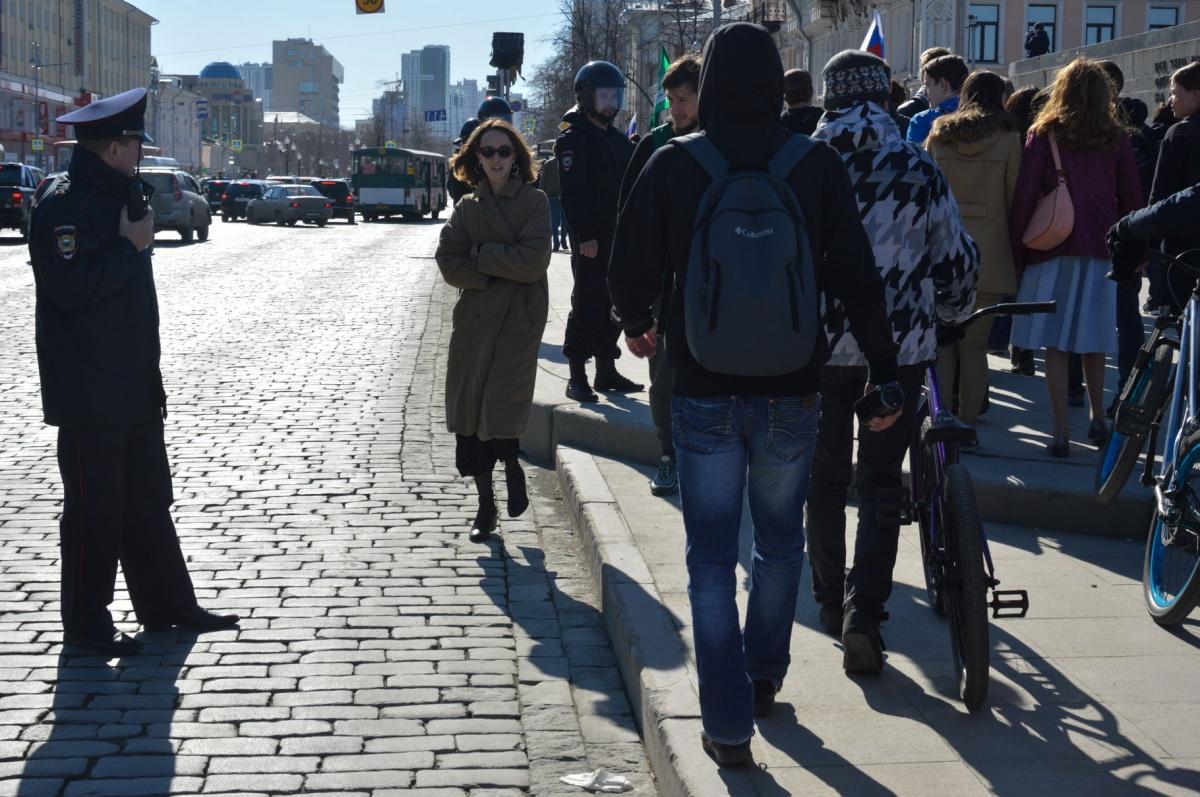 Попали под «обстрел», встали в пробку под мостом: главные факты с шествия Навального в Екатеринбурге
