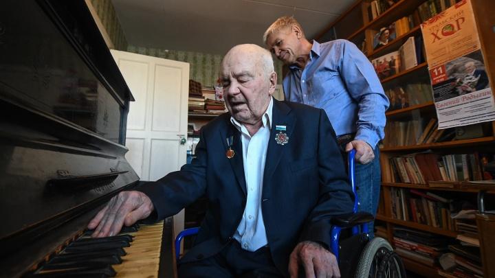 Ни лифта, ни пандуса: к своему 95-летию автор «Уральской рябинушки» не может выйти из квартиры