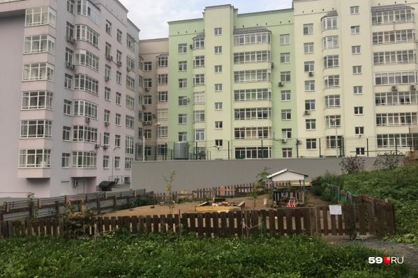 Речь идет об участке перед домом на Советской, 3, со стороны Горького