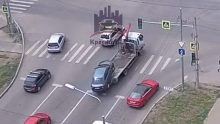 Водитель эвакуатора уронил авто на светофоре по Алексеева
