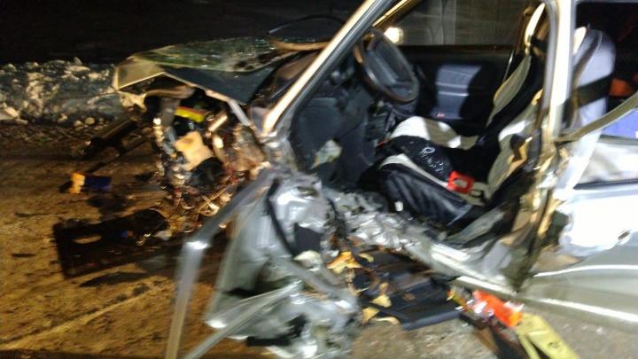 ДТП с КАМАЗом в Башкирии: из покореженной машины спасатели вытащили 27-летнего водителя