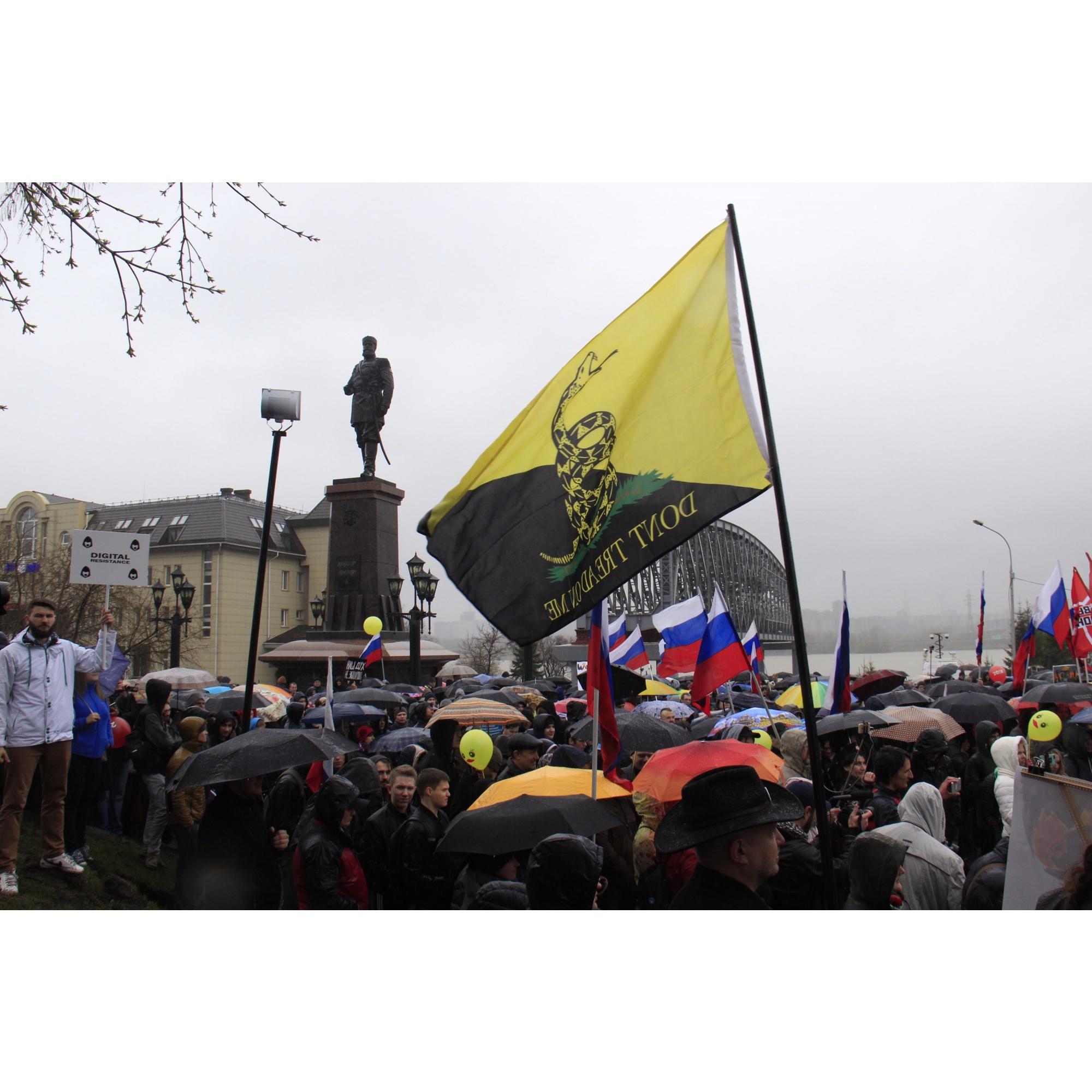 Проведя у подножия памятнику чуть больше часа, участники митинга разошлись под накрапывающим дождём