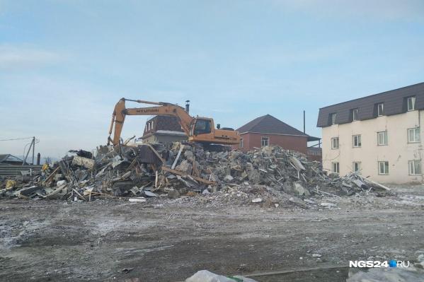 Экскаватор разрушил дом, сейчас грейдер будет убирать завалы